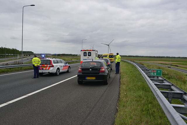 Nieuw-Vennep: Automobiliste zet auto midden op snelweg stil