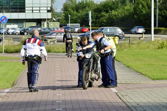 Schiphol-Oost: Motor onderuit door glad wegdek