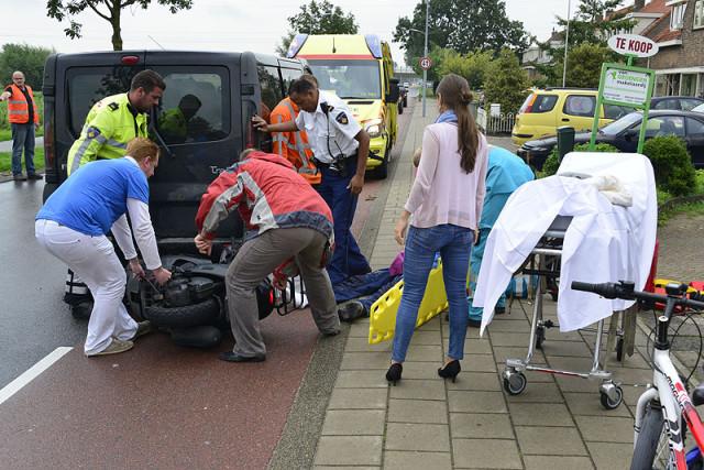 Beinsdorp: Scooterrijder knalt achterop busje