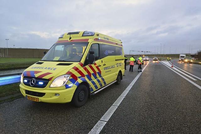 Lijnden: Auto schiet uit de bocht op de A5