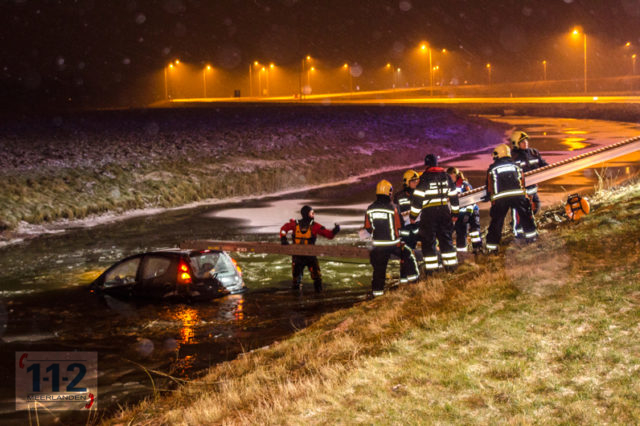 Hoofddorp: auto te water geraakt naast de A4