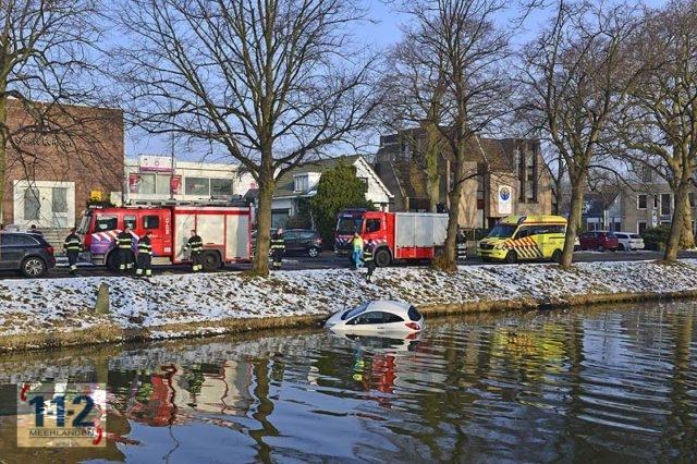 Hoofddorp – Auto rolt achteruit de Hoofdvaart in