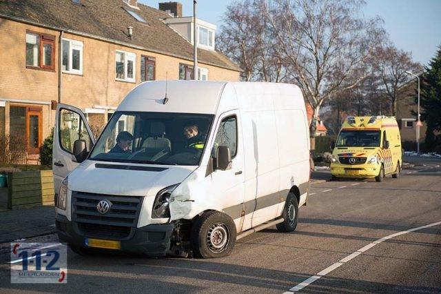 Zwanenburg – Pakketbezorger botst in bocht tegen tegenligger