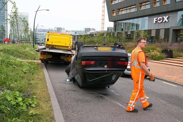Hoofddorp:  Auto wordt gelanceerd en belandt op dak