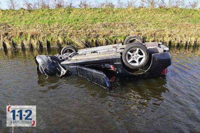 Hoofddorp – Auto belandt op zijn dak in het water, passant springt er achter aan