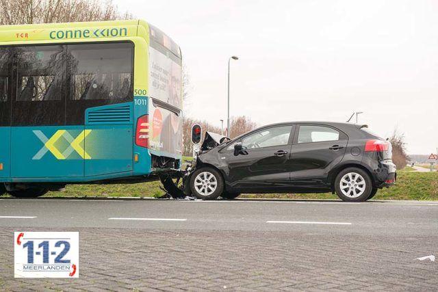Hoofddorp – Personenwagen klapt achterop Connexxionbus
