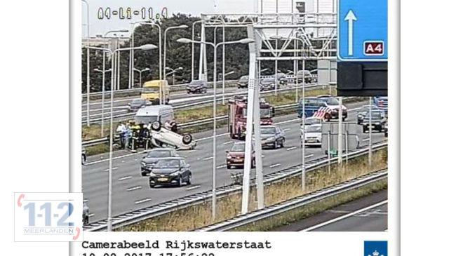 Hoofddorp – Auto op z'n dak op de A4