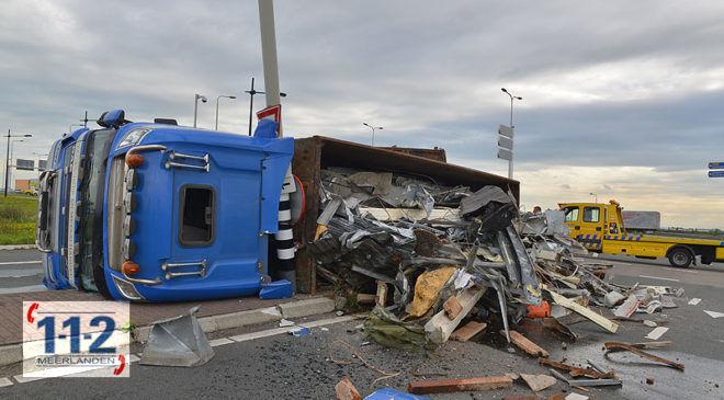 Hoofddorp – Vrachtwagen met oud ijzer gekanteld op de oprit A4 (update)
