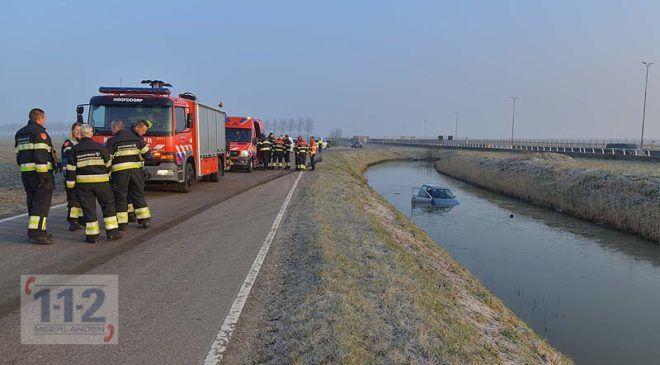 Hoofddorp – Auto raakt te water op de Vijfhuizerweg