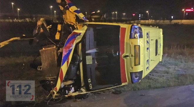 Badhoevedorp – Ambulance op zijn kant op de A4
