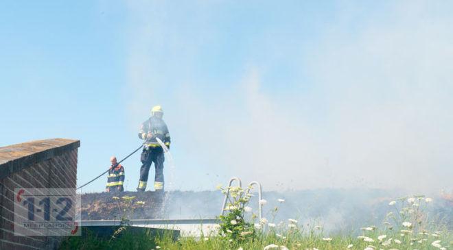Hoofddorp – Begroeiing Damsluis in de brand