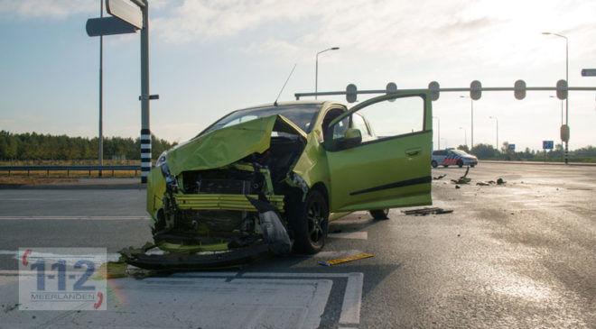 Schiphol-Rijk – Flinke schade bij aanrijding tussen taxibusje en personenwagen