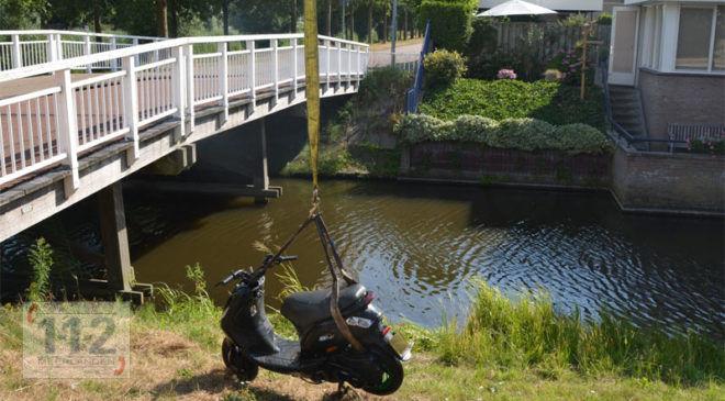 Hoofddorp – Gestripte gestolen scooter uit sloot gevist