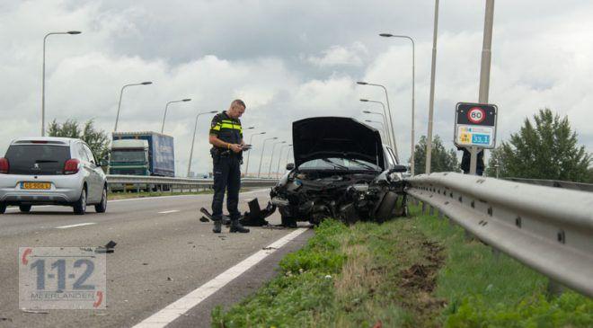 Schiphol-Rijk – Automobilist zonder rijbewijs crasht op vangrail op N201