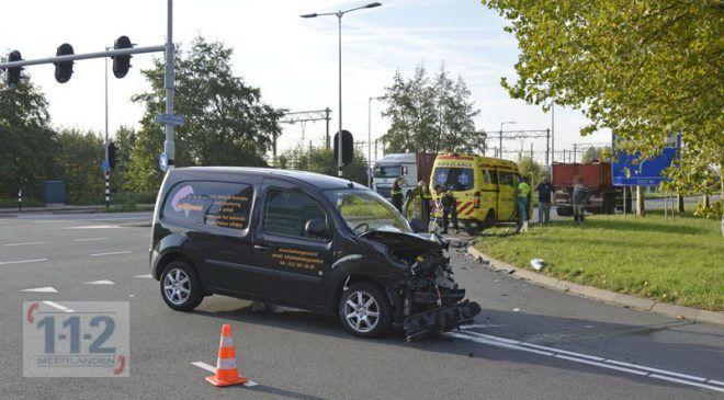 Hoofddorp – Bestuurder bestelwagen gewond na aanrijding met vrachtwagen