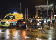 Zwanenburg – Scooterrijder knalt tegen overstekende auto