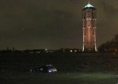 Aalsmeer – Auto drijft in de Westeinderplassen