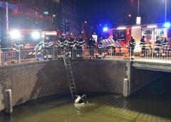 Haarlem – Auto water, agenten springen er achteraan