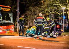Hoofddorp – Brommerrijder komt onder auto na ongeval en raakt gewond.