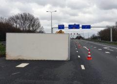 Leimuiderbrug – Aanhanger waait om op de N207