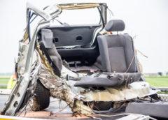 Akersloot – Auto scheurt in tweeën na botsing met boom