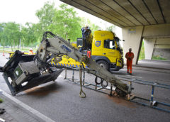 Schiphol – Vrachtwagen met omhoog staande kraan, ramt viaduct.