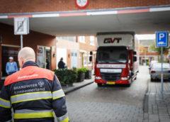Haarlem – Vrachtwagen klem onder woningen